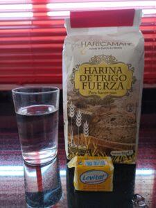 Ingredientes para hacer poolish, agua, harina y levadura fresca.